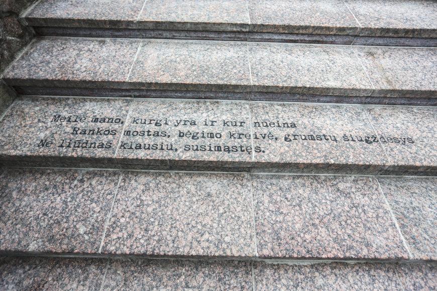 Irmanto Gelūno / 15min nuotr./Atidengtos informacinės lentos apie Česlovą Milošą lietuvių, lenkų ir anglų kalbomis