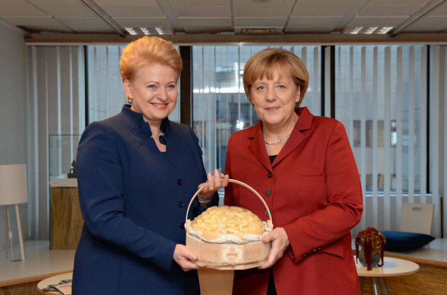 Dalia Grybauskaitė lietuvišką sūrį padovanojo Angelai Merkel