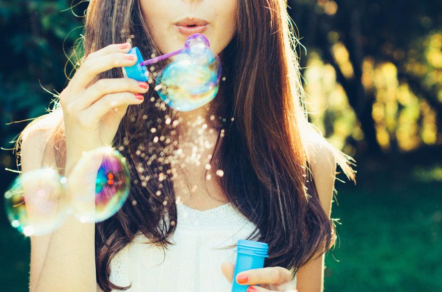 Mergina pučia muilo burbulus