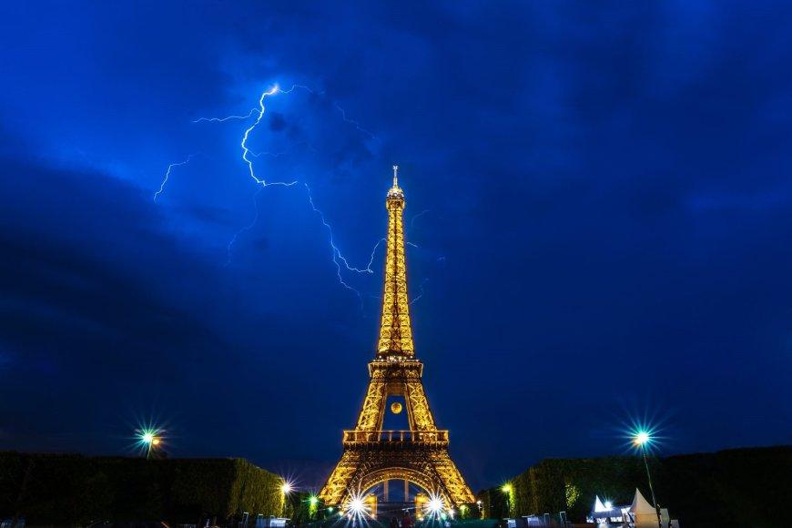 Eifelio bokštas naktį
