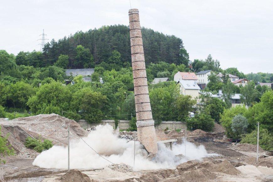 """Susprogdintas gigantiškas """"Vilniaus pergalės"""" gamyklos kaminas"""