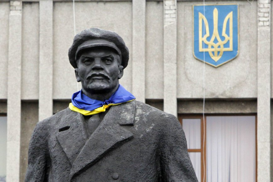 Vladimiro Lenino statula su Ukrainos vėliava ant kaklo