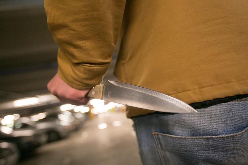 Žmogus su peiliu rankose (Asociatyvi nuotr.)