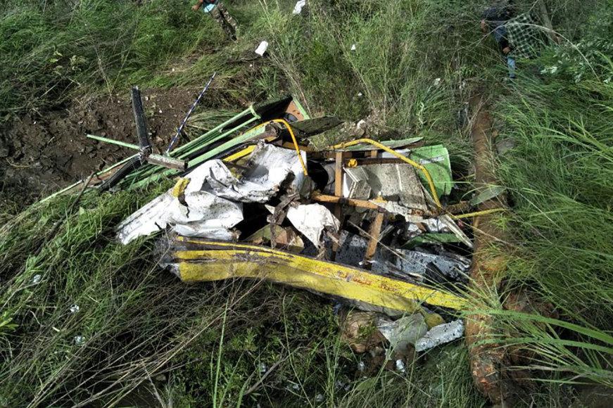 Autobuso nuolaužos po avarijos Šiaurės Indijoje