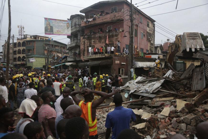 Nigerijoje sugriuvus namui žuvo mažiausiai penki žmonės