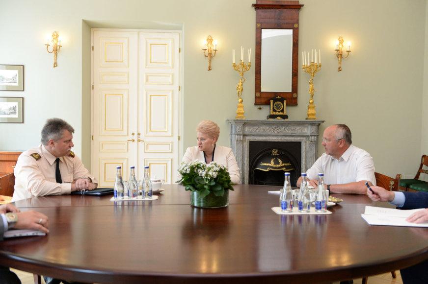 Prezidentė Dalia Grybauskaitė darbo susitikime su krašto apsaugos ministru Juozu Oleku ir naujuoju kariuomenės vadu generolu majoru Vytautu Žuku