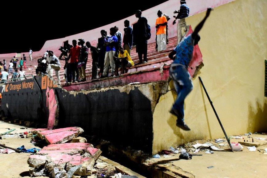 Per riaušes Senegale griuvo futbolo stadiono siena
