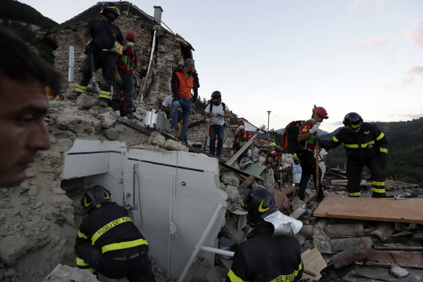 Gelbėtojai griuvėsiuose ieško gyvųjų