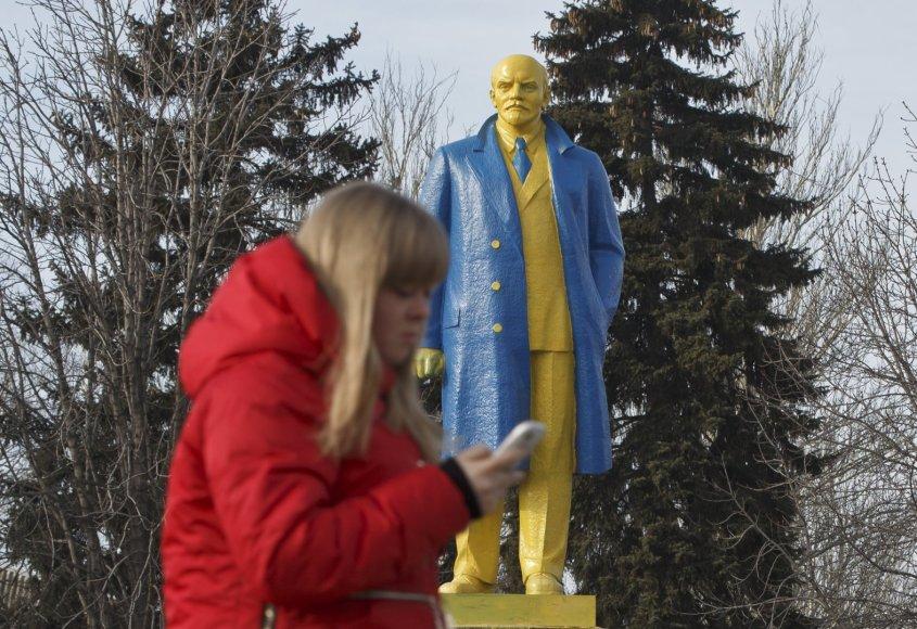 Ukrainos vėliavos spalvomis nudažytas Lenino paminklas