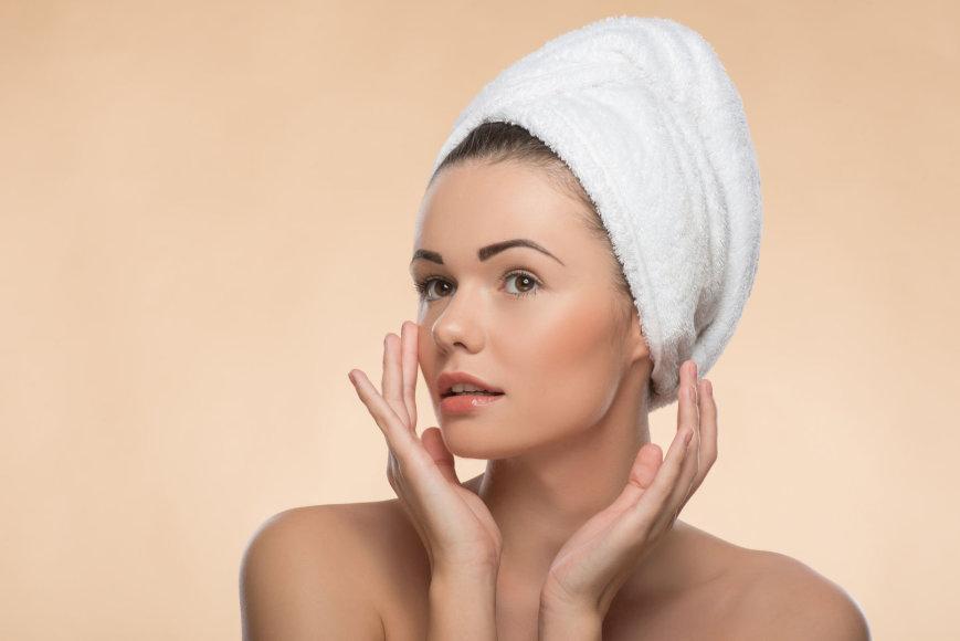 Mergina prižiūri odą.