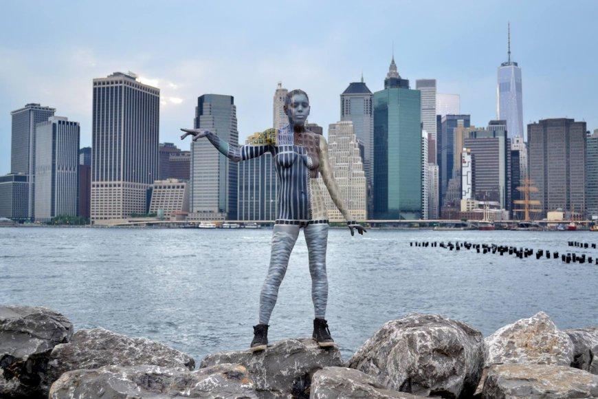 Trinos Merry tapyti modeliai susilieja su Niujorko kraštovaizdžiu