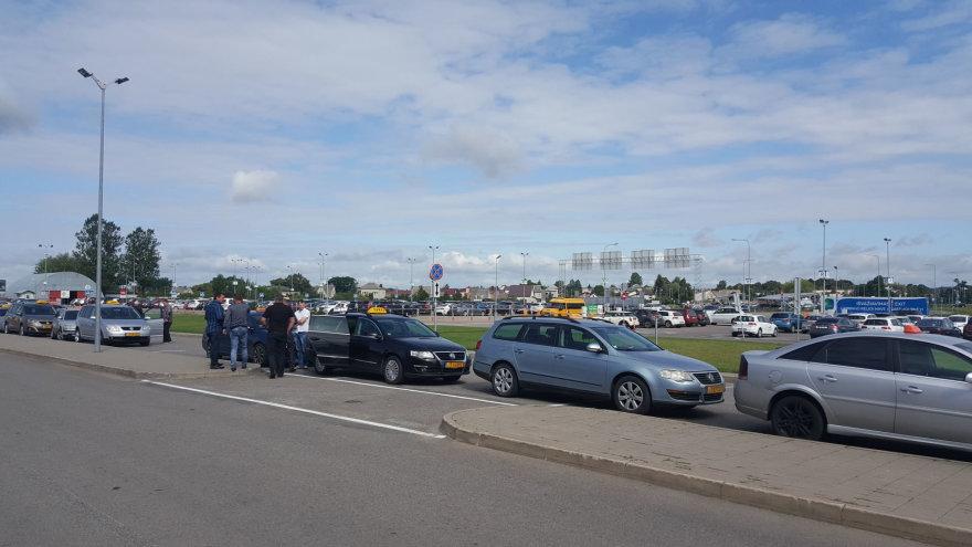 Taksistai laiką Kauno oro uoste leidžia šnekučiuodamiesi