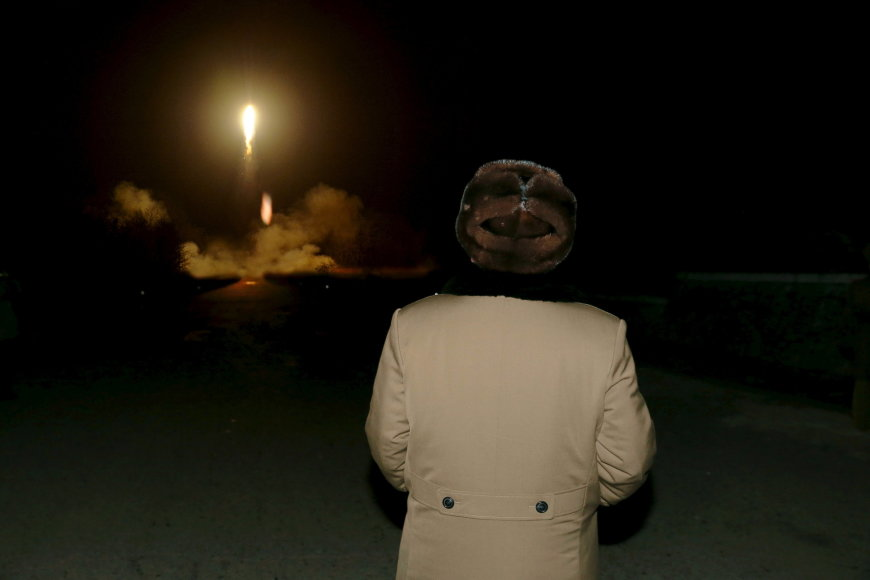 Kim Jong Unas stebi balistinės raketos paleidimą.