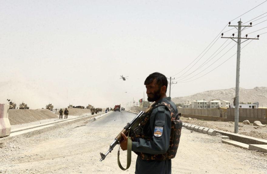 Afganistano karys stovi netoli išpuolio vietos