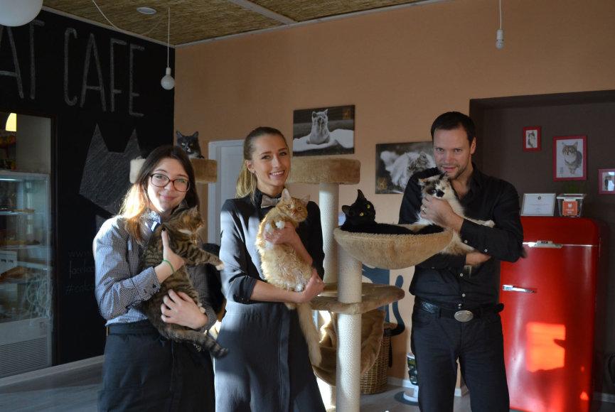 """Vienas """"Cat cafe"""" kavinės įkūrėjų Tautvydas Bitinas (dešinėje)"""