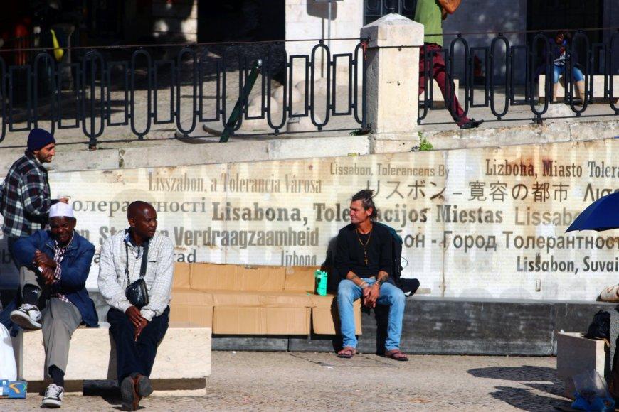 Lisabona – įvairiatautis miestas. Tai liudija ir mieste esanti tolerancijos siena, ant kurios  įvairiomis kalbomis užrašyta būtent ši frazė.