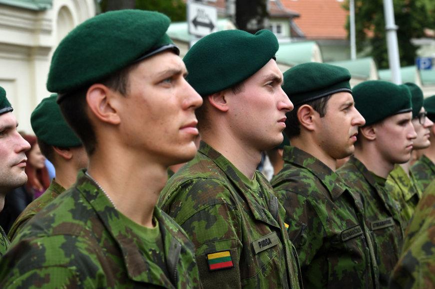 Jaunesniųjų karininkų vadų mokymų pirmojo karininko laipsnio suteikimo ceremonija