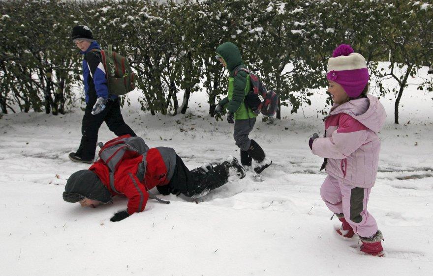Vaikai džiaugiasi sniegu