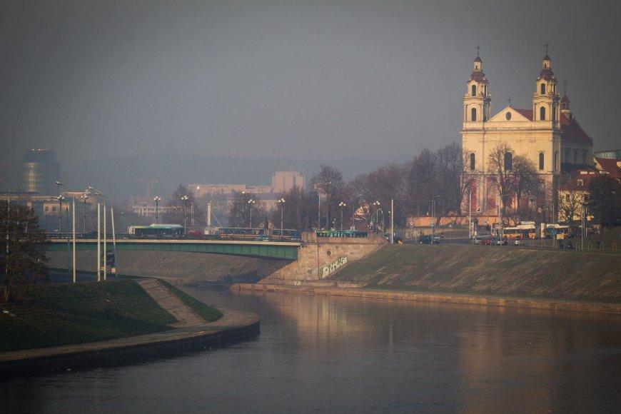 Degėsiais dvokiantis rūkas Vilniuje.