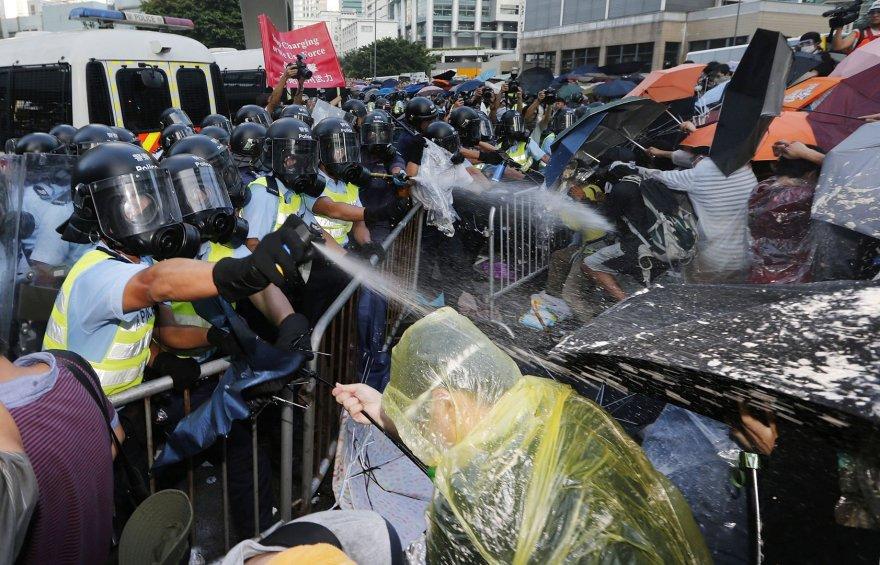 Honkongo policija protestuotojus vaikė ašarinėmis dujomis.