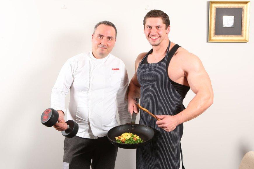 """Restorano """"Fortas"""" vyriausias virėjas Arūnas Stoškus (kairėje) bei Europos Kultūrizmo čempionas Deividas Dubinas."""