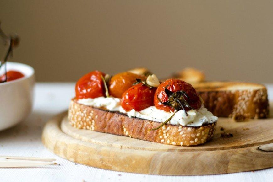 Skrebučiai su vyšniniais pomidorais ir naminiu sūriu