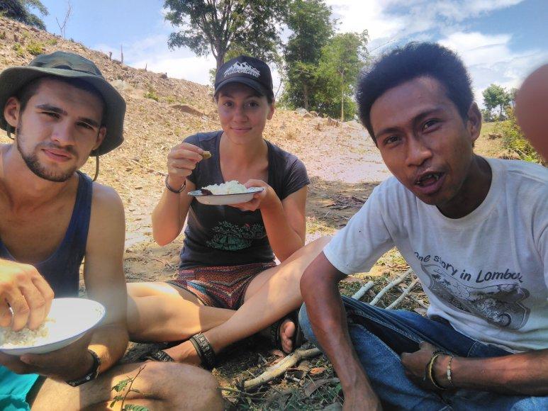 Po darbo būsimuose ryžių laukuose – pietums, žinoma, ryžiai