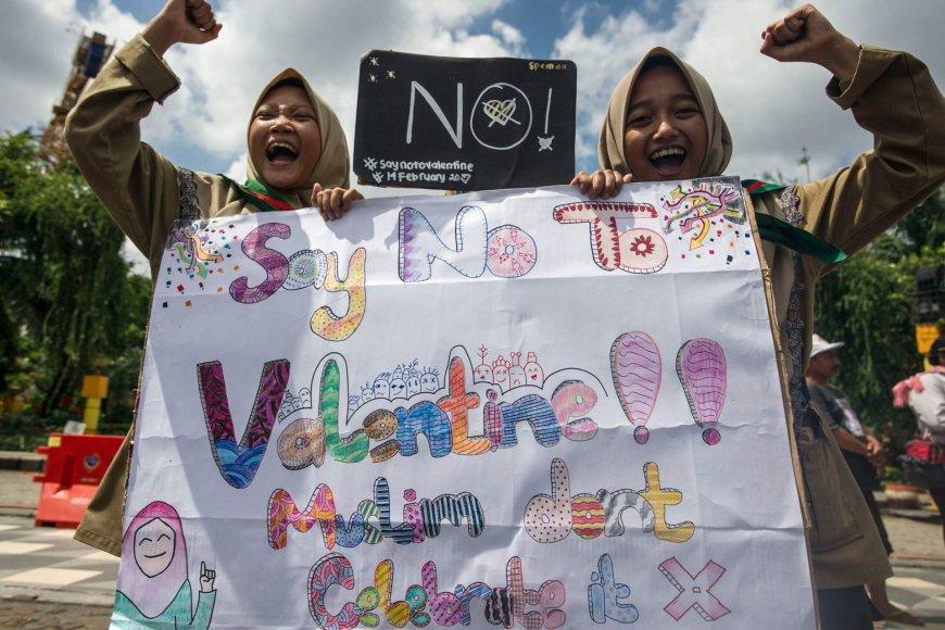 Indonezijos musulmoniškos mokyklos moksleiviai protestuoja prieš Valentino dieną