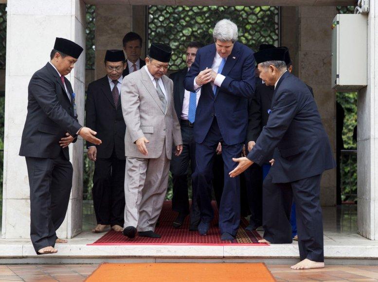 JAV valstybės sekretorius Johnas Kerry į mečetę įėjo nusiavęs batus.
