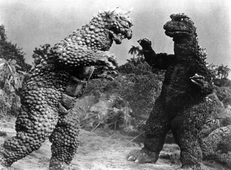 """Haruo Nakajima (dešinėje) su Godzilos kostiumu filme """"Godzilos kerštas"""" (1969 m.)"""