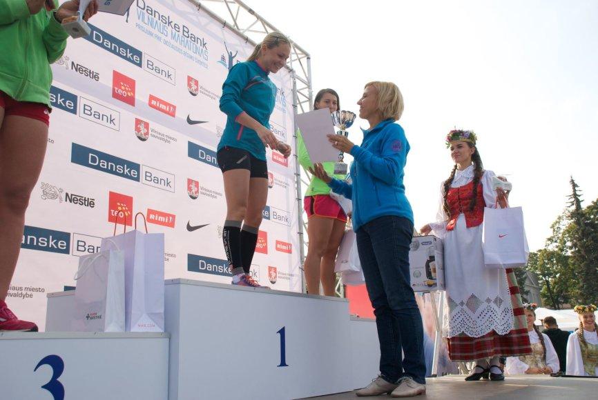 """""""Puikus sekmadienio rytas!"""" – pirmoji pasiekusi """"Nestle 10 km"""" bėgimo finišą Vilniaus maratone ištarė olimpinė čempionė Laura Asadauskaitė-Zadneprovskienė."""