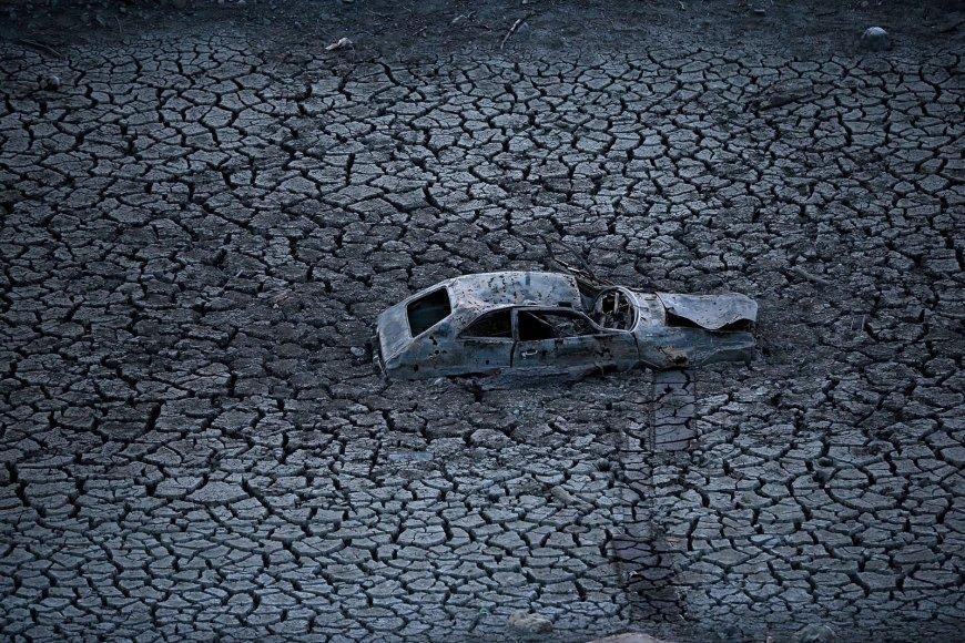Automobilis ant išdžiūvusio Almadeno tvenkinio dugno