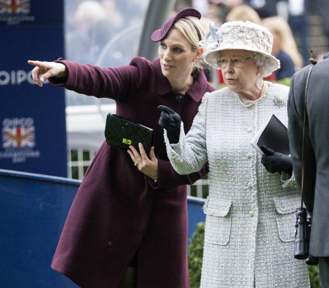 Zara Tindall su močiute karaliene Elizabeth II