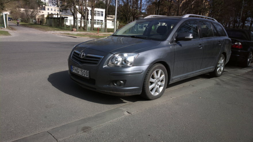 """Vilniuje, Žirmūnuose, Minties gatvės pradžioje esančių daugiabučių gyventojai jau seniai pastebėjo, kad šis """"Toyota Avensis"""" vairuotojas, vakarais neradęs aikštelėje vietos, pamėgo užstatyti išvažiavimą iš kiemų."""