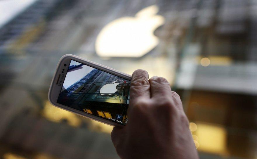 """""""Samsung"""" telefonu nufotografuotas """"Apple"""" prekės ženklas"""