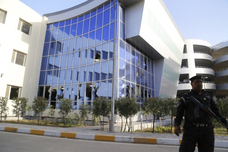 Į Irako Transporto ministerijos pastatą ketvirtadienį įsiveržus šešiems savižudžiams sprogdintojams, žuvo mažiausiai 18 žmonių