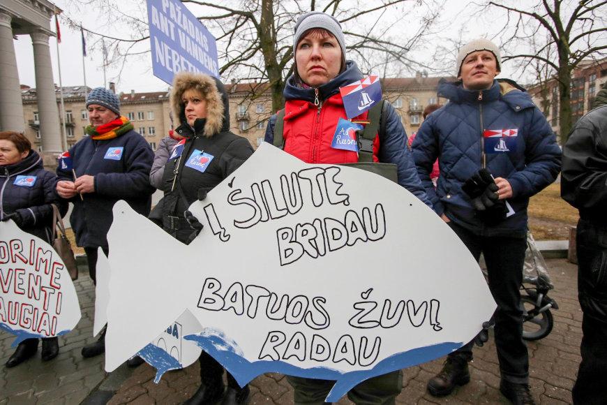 Prie Seimo piketuoja Rusnės gyventojai dėl nestatomos estakados