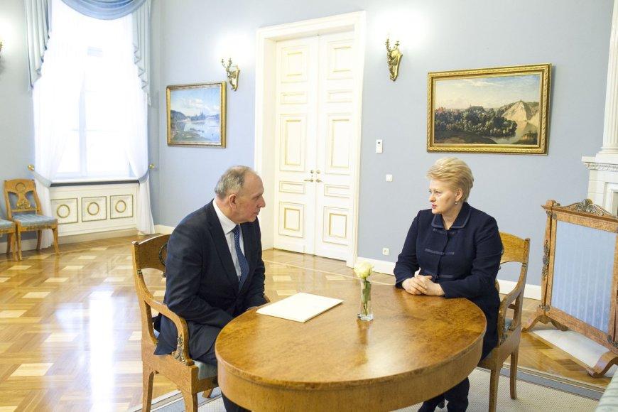 Dalia Grybauskaitė Prezidentūroje įteikė skiriamuosius raštus Lietuvos ambasadoriui Rusijoje Remigijui Motuzui
