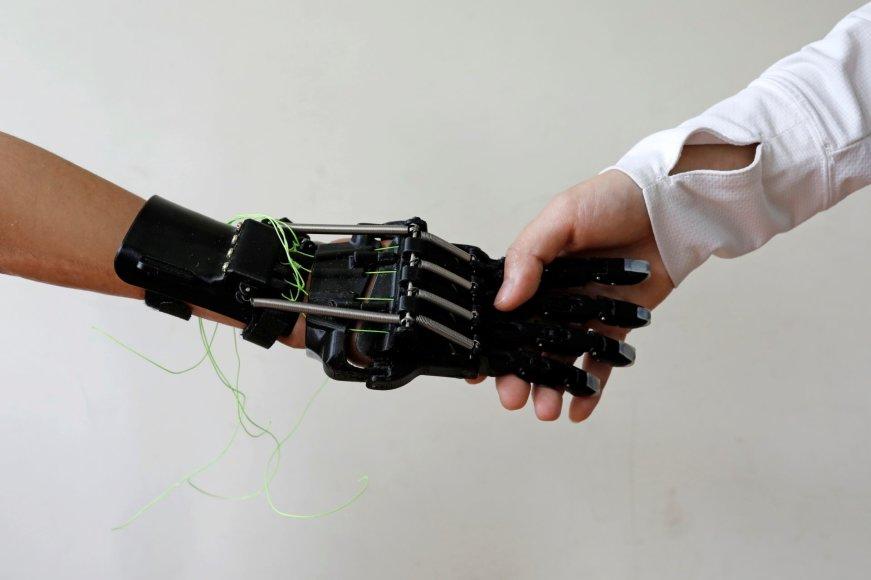 Gamykloje rankos netekęs taivanietis inžinierius susikonstravo protezą pats ir dabar padeda kitiems