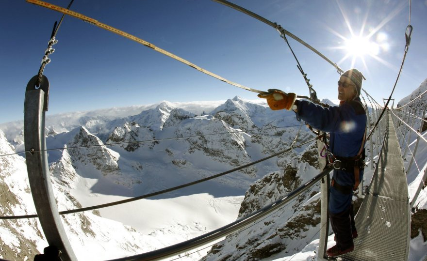"""""""Titlis Cliff Walk"""" – aukščiausiai Europoje kabantis pėsčiųjų tiltas"""