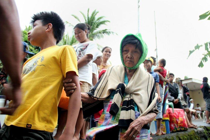 Tūkstančiai filipiniečių masiškai palieka savo namus.