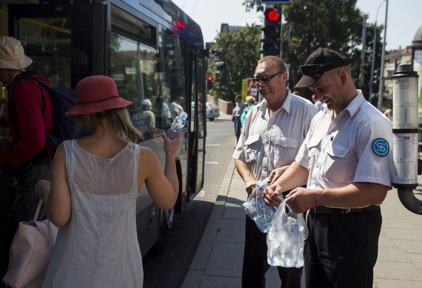Vilniaus viešojo transporto keleiviams dalinti vandens buteliukai.