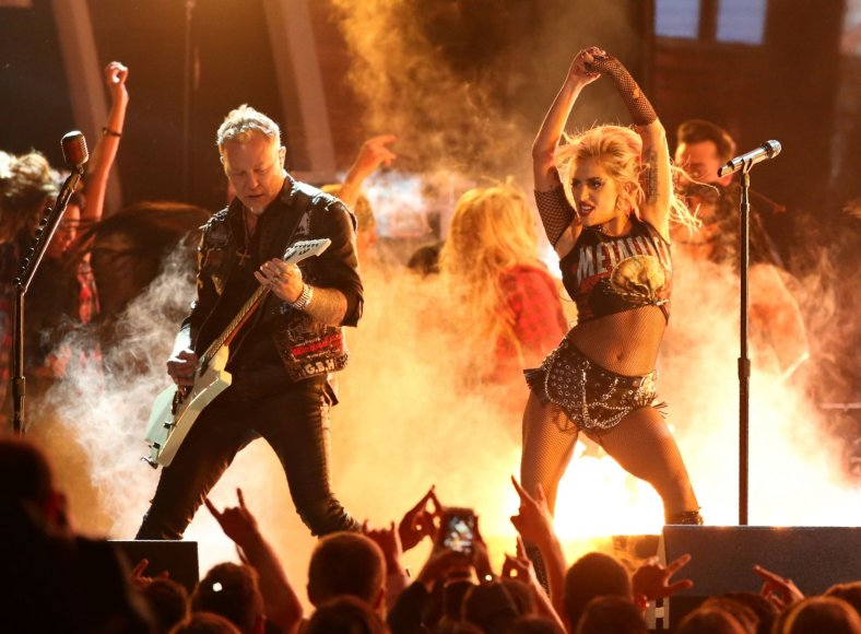 """Reuters""/""Scanpix"" nuotr./Lady Gaga ir Jamesas Hetfieldas iš ""Metallica"""
