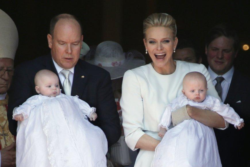 Monako princas Albertas II ir kunigaikštienė Charlene karališkai pakrikštijo dvynukus