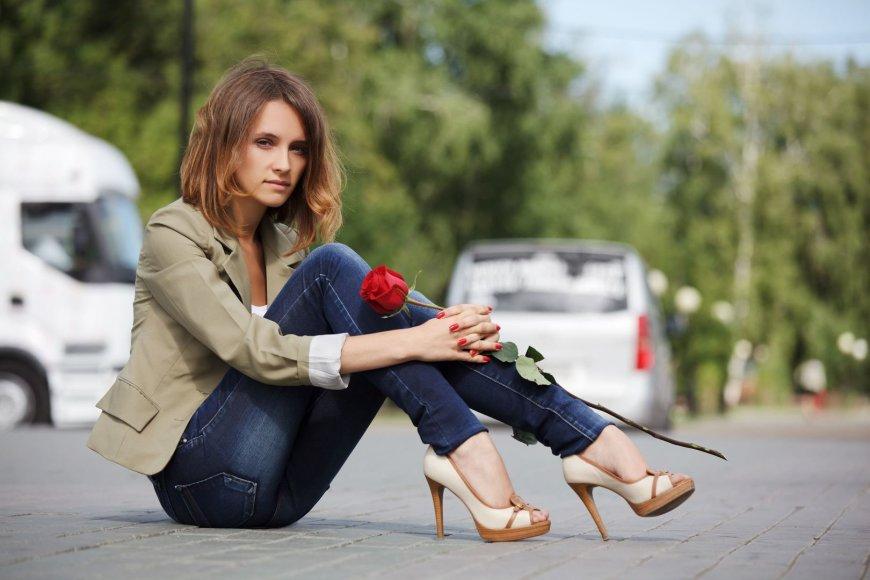 Mergina su rože
