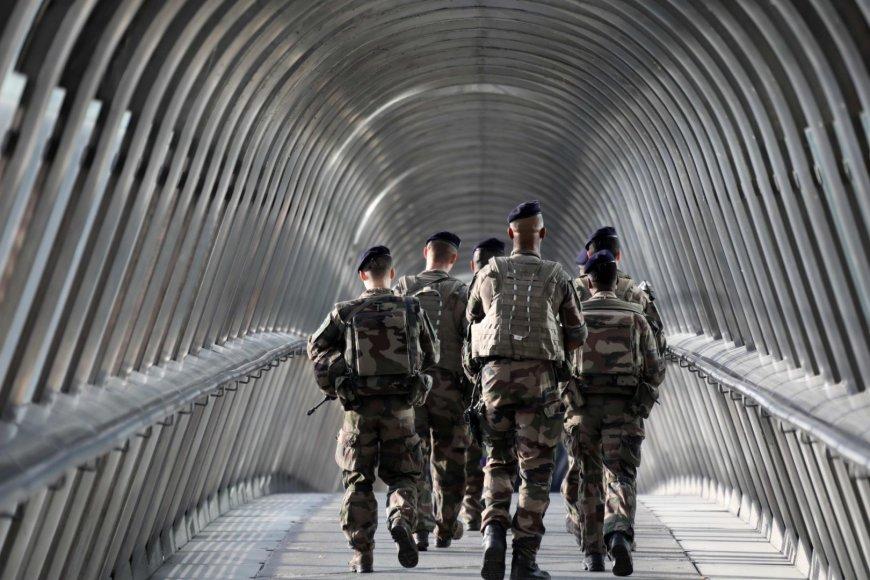 Kariai patruliuoja Paryžiuje