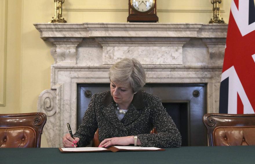 Theresa May pasirašo laišką ES prezidentui Donaldui Tuskui