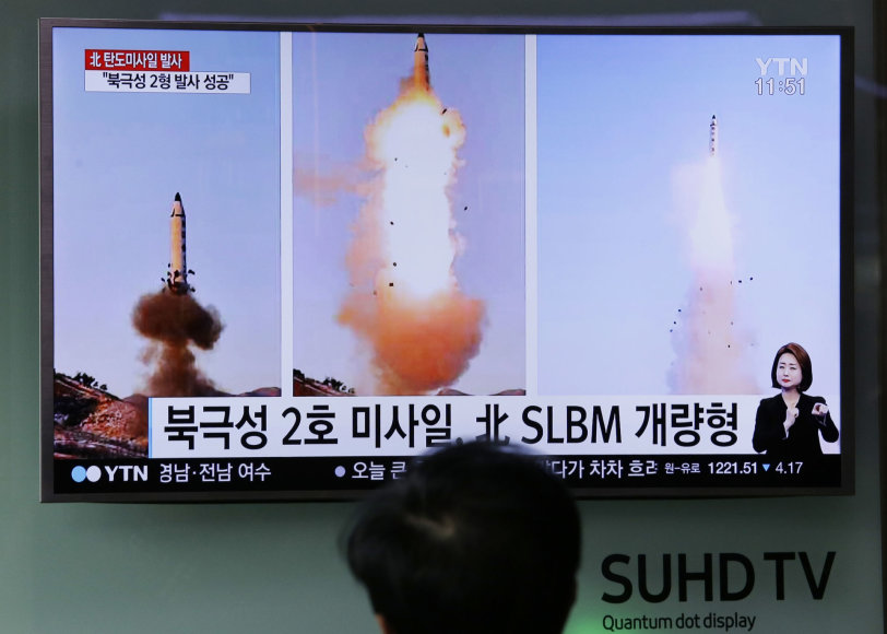 """Šiaurės Korėja sekmadienį """"sėkmingai"""" išbandė balistinę raketą"""
