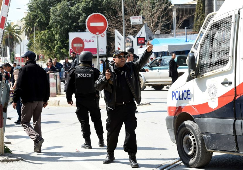 Tuniso policija prie Bardo muziejaus