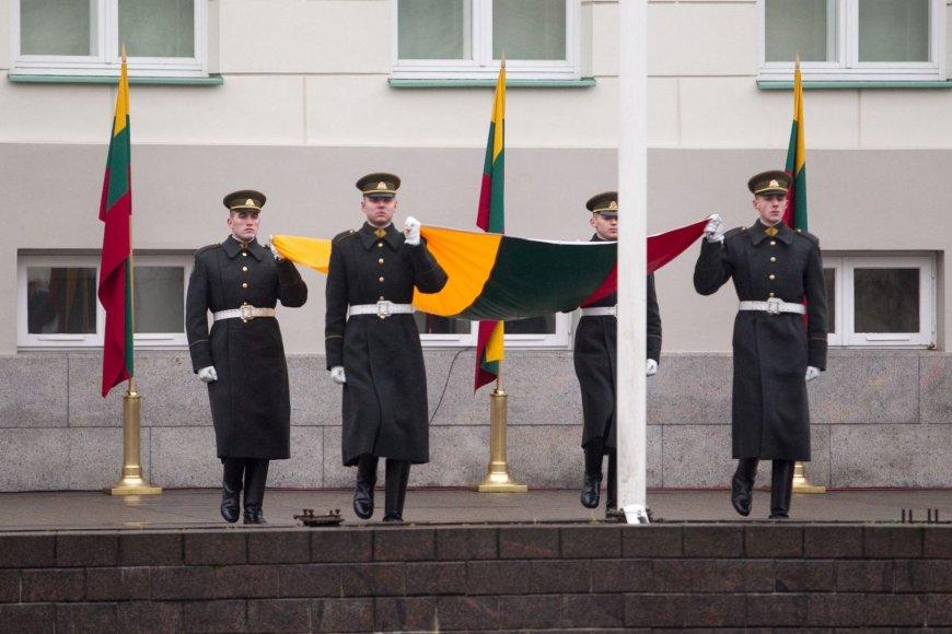 Vėliavų pakėlimo ceremonija prie prezidentūros.
